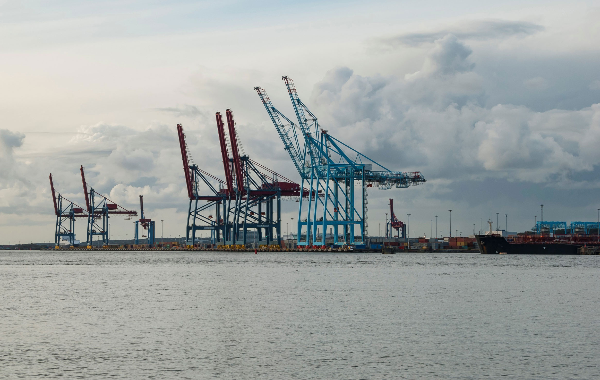17677706-port-of-gothenburg-with-cranes-and-containers-sweden-(2)